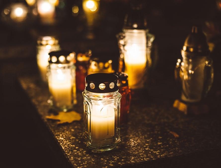 Perinteiset sururituaalit, kuten haudoilla käynti juhlapyhinä, ovat suomalaisille yhä tärkeitä.