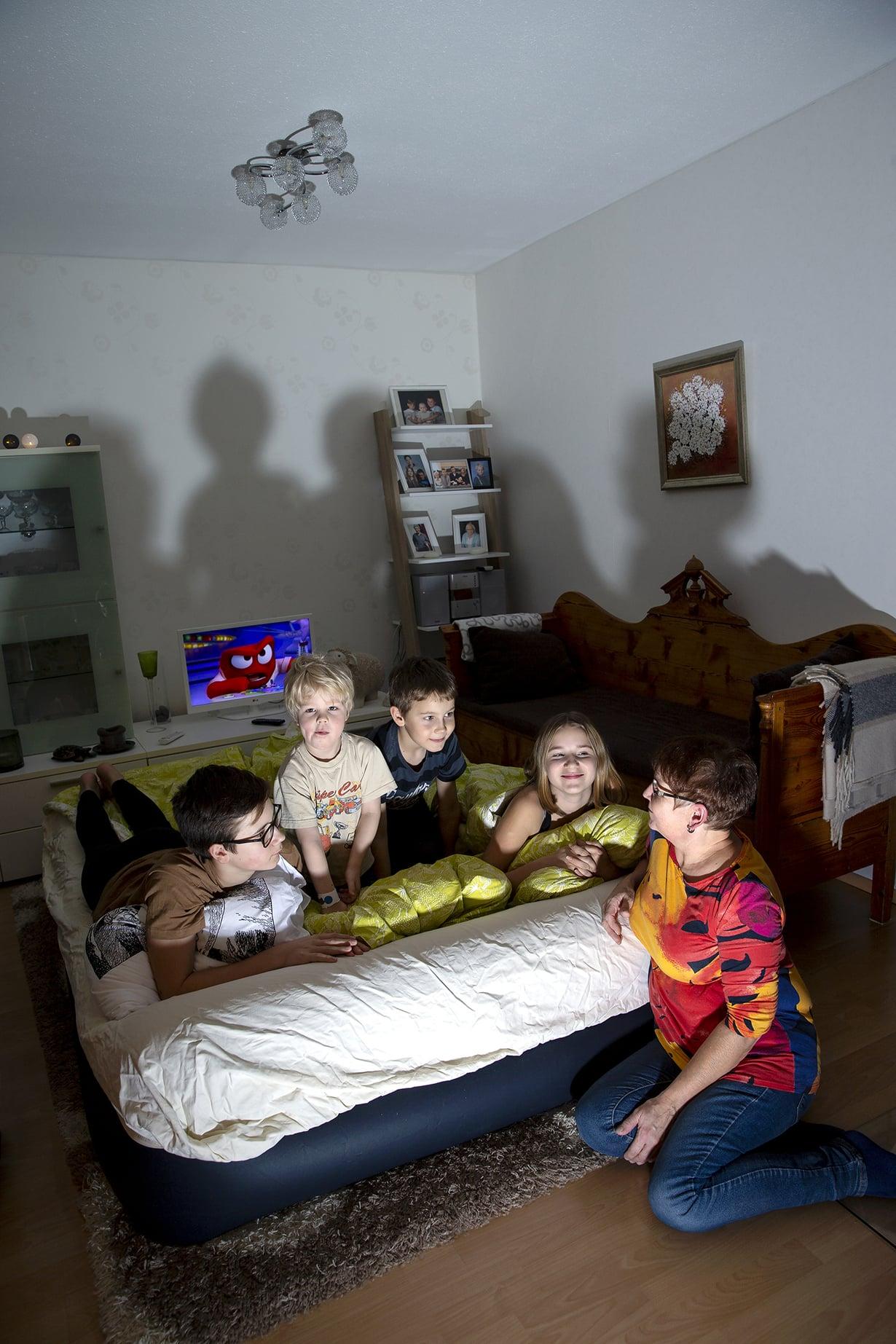 Liisa Tervolan luona yökylässä ovat sisarukset Jani, Juhani ja Niina sekä heidän serkkunsa Vilho (toinen vasemmalta).