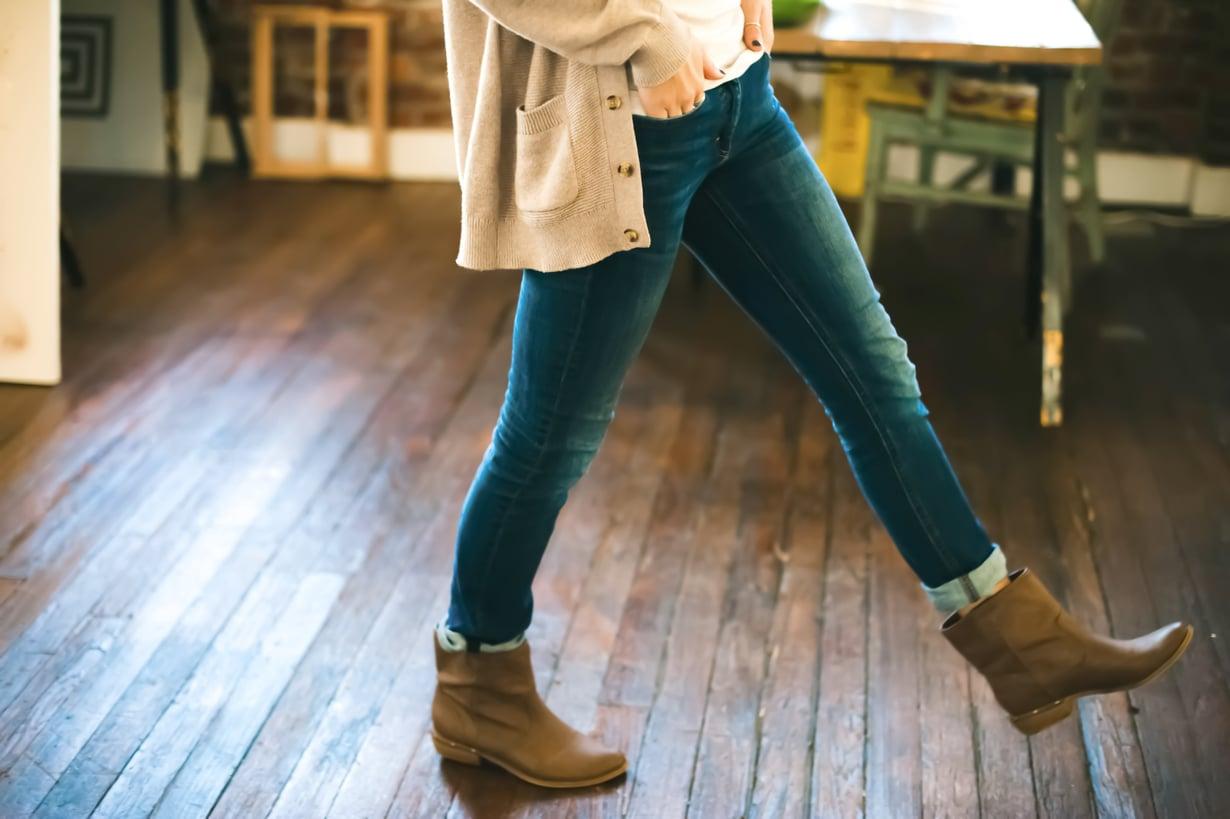 Jalalla koreasti myös työpöydän ääressä! Jos haluatminimoida istumisen haittoja, nouse seisomaan puolen tunnin välein vähintään minuutiksi. Kuva: Shutterstock