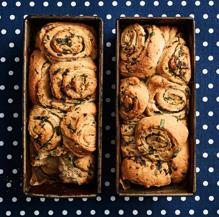 """Leipää ei tarvitse leikata: jokainen voi nyhtää puustinsa irti itse. Kuva: <span class=""""photographer"""">Tuomas Kolehmainen</span>"""