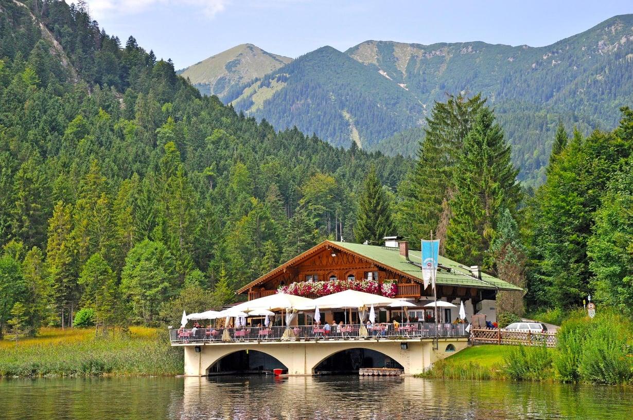 Pflegersee-järven rantaravintola on lähellä Garmish-Partenkircheniä.
