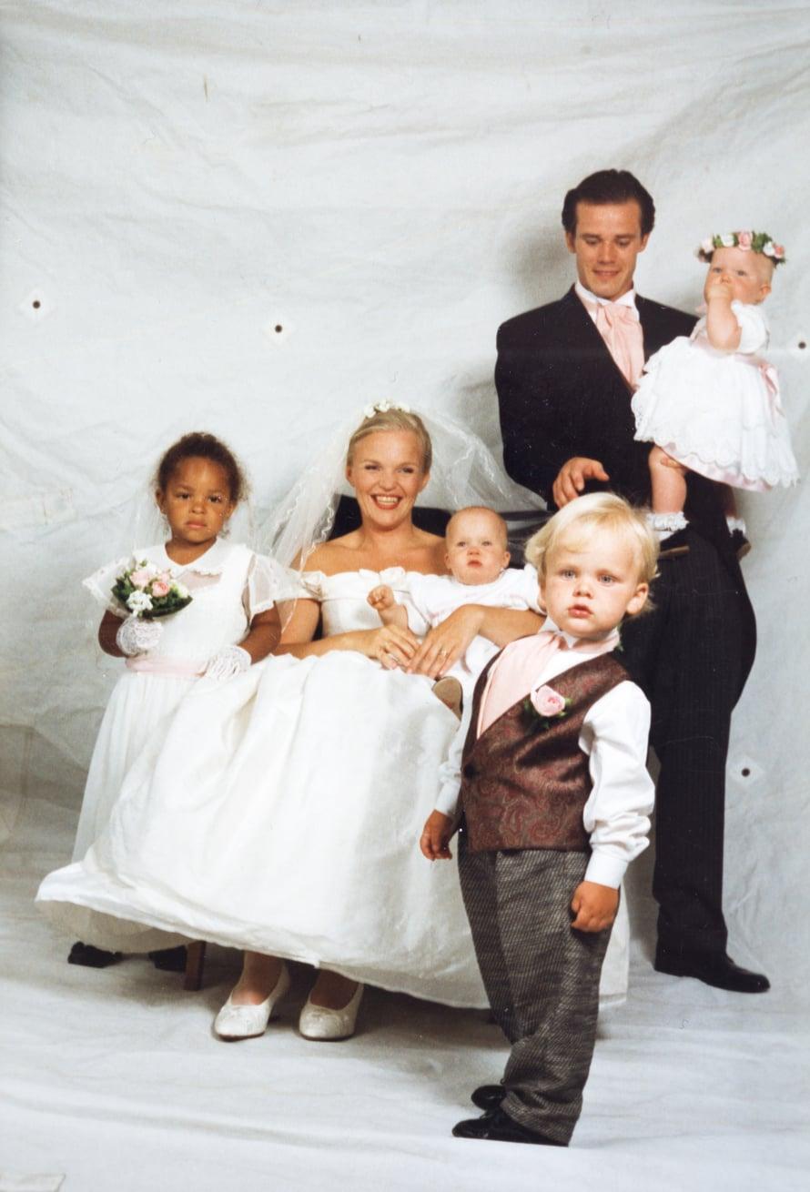 Häät 1995. Lapsia oli jo neljä: Poujou, Joel ja kaksoset Edith ja Greta.