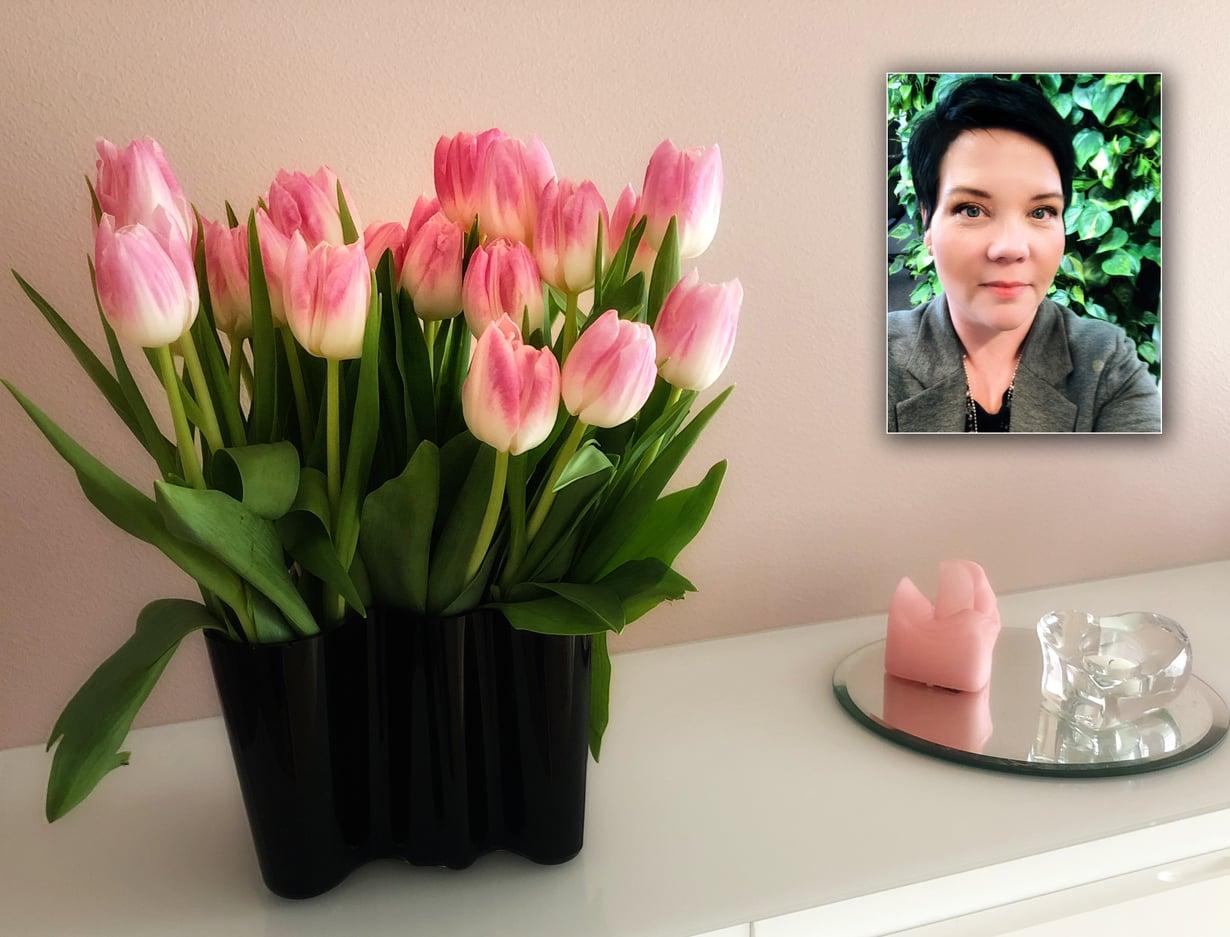 Miran kotona ei ole turhia tavaroita. Kukat ja kynttilät kuuluvat asioihin, jotka tuottavat iloa. Kuvat: Miran kotialbumi