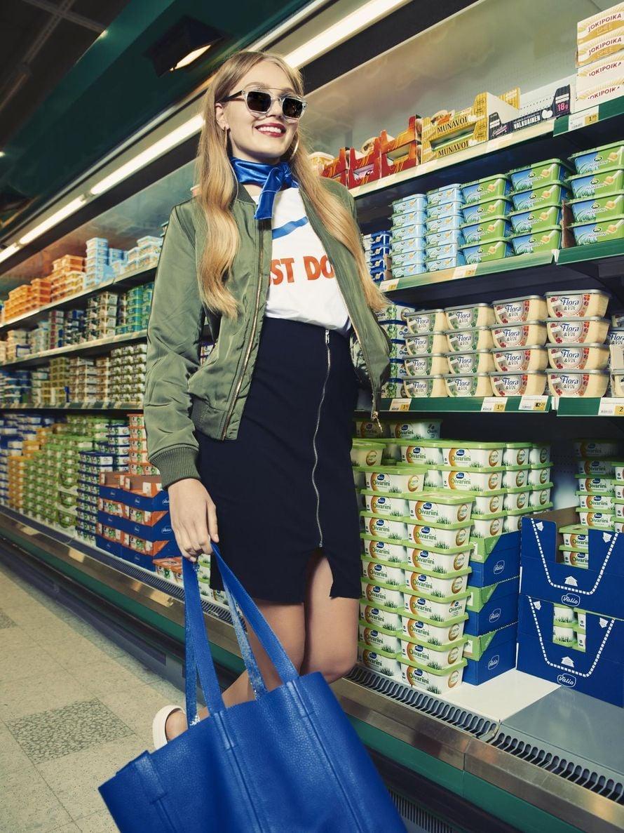 """Voipaketin lisäksi marketista voi napata mukaansa monenlaista muodikasta. Ja näyttääpä magrariinihylly yllättän hyvältä muotikuvien taustallakin! Kuva: <span class=""""photographer"""">Sanoma-arkiso / Otto Virtanen</span>"""