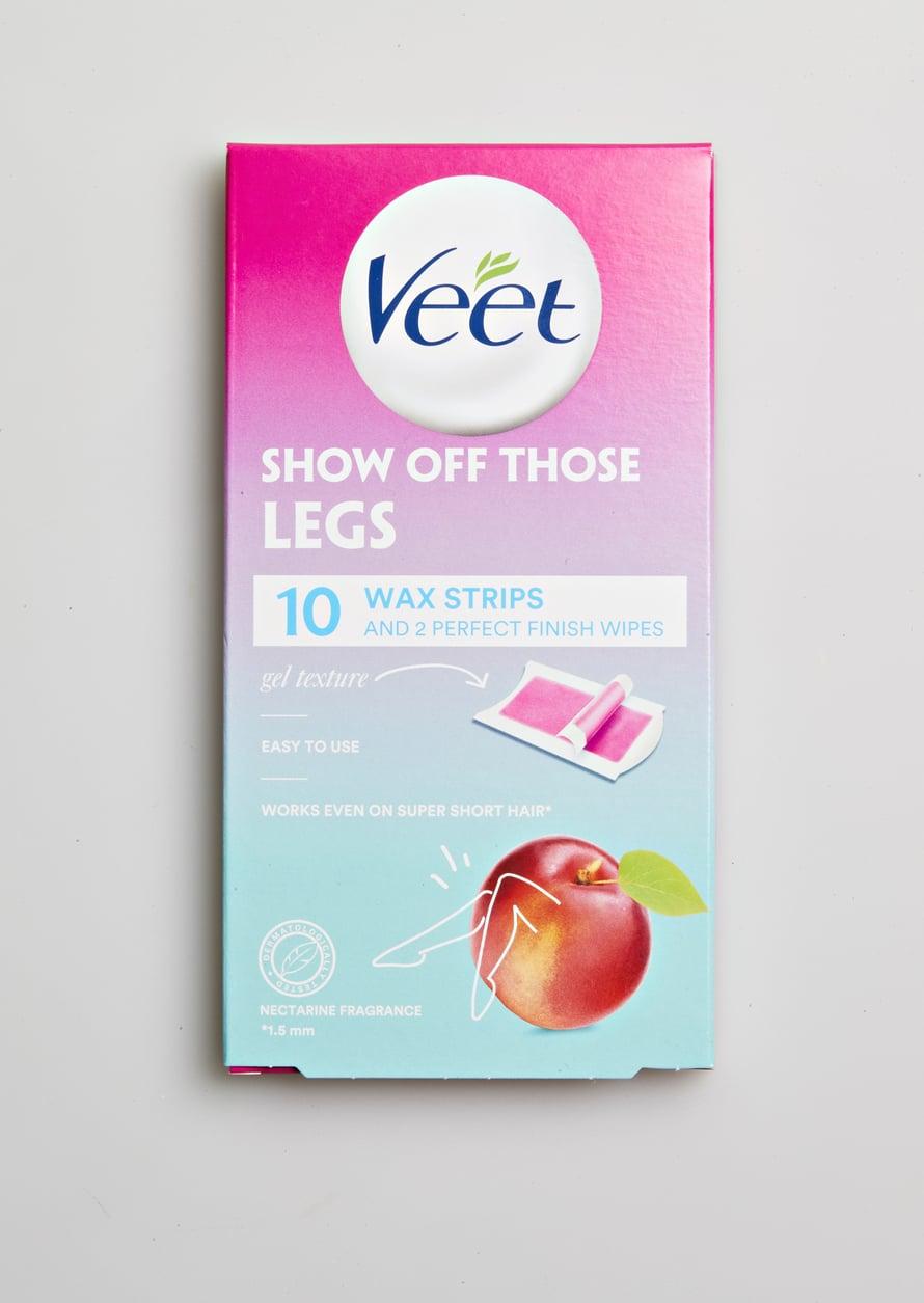 Veet Wax Strips Legs -pakkaus sisältää 10 geelimäistä vahaliuskaa. Ne irrottavat lyhyimmätkin ihokarvat hetkessä – ilman turhaa sotkua, 5,20 €.