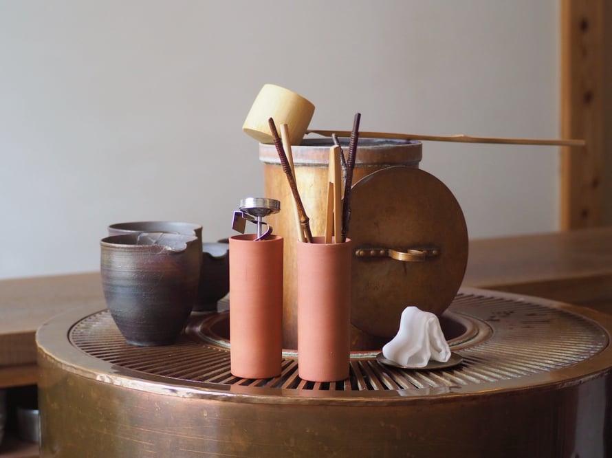 Postauksen kuvat ovat fukuokalaisesta Yorozu-teehuoneesta, jonne yleensä pääsee vain varaamalla pöydän etukäteen. Mutta tällä kertaa olin onnekas. Teemestari tarjoili herkullista Yamen seudun gyokuroa, kukanmuotoisen wagashin eli teemakeisen sekä tietenkin paljon teetietoutta. Japanilaiseen tapaan minulle ojennettiin lähtiessä vielä lahjateepussi. Arigato!