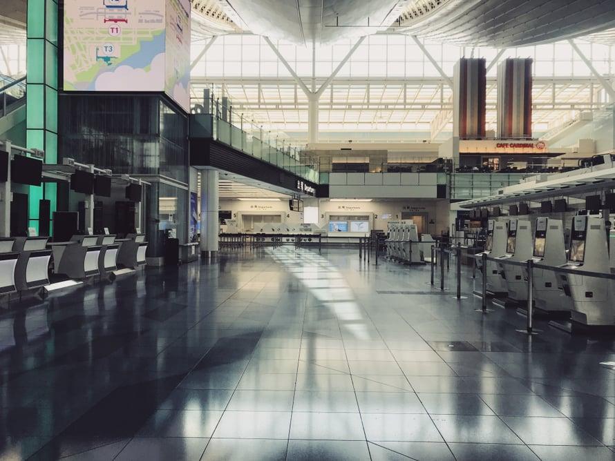 Tältäkö täällä Hanedassa oikeasti näyttää? Lentokentän arkkitehtuuria tulee harvoin katseltua näin väljissä oloissa.