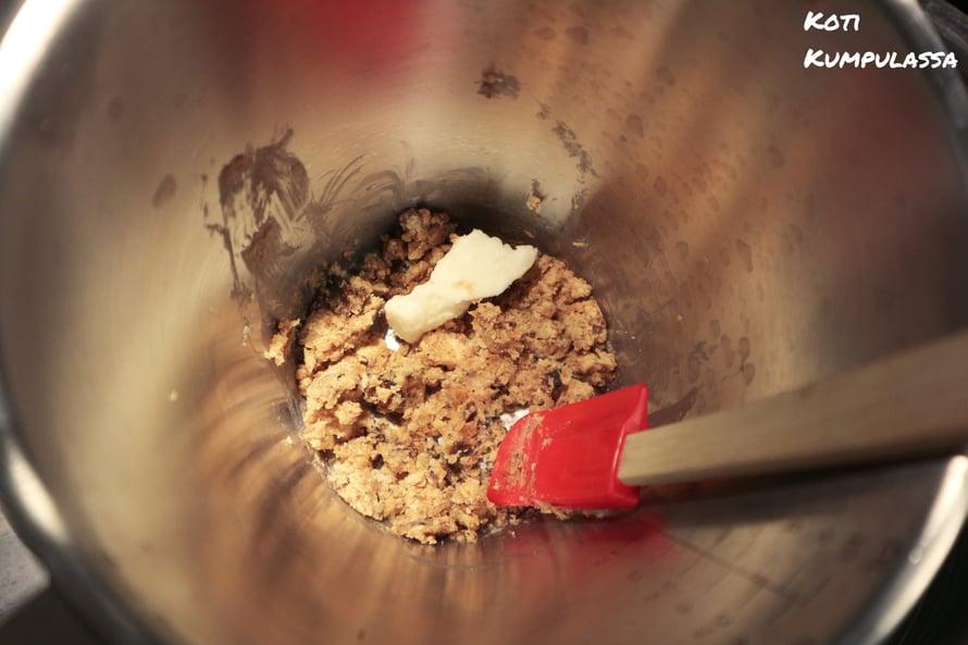 Afrikkalainen musta saippua ja sheavoi pehmennetään sekä sekoitetaan vesihauteessa.