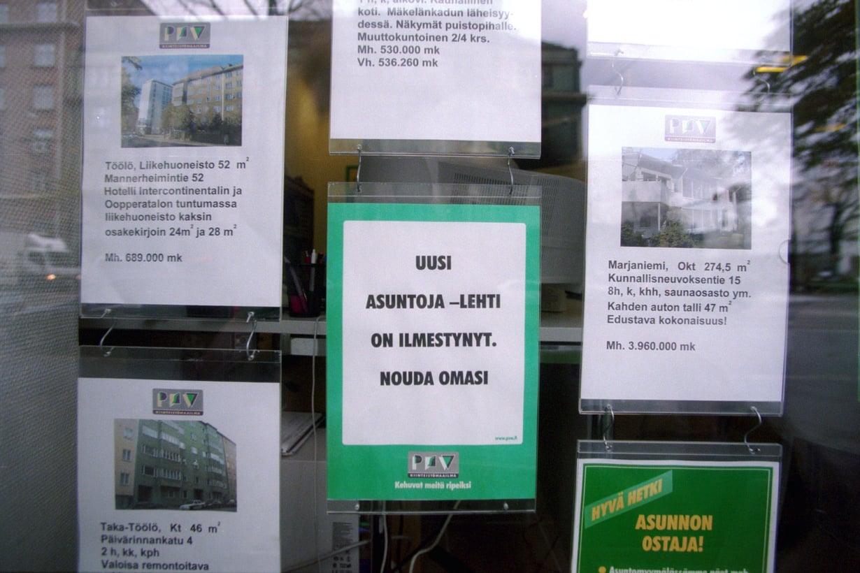 Ennen kuin asuntojen myynti-ilmoitukset siirtyivät nettiin, ainoa vaihtoehto oli mennä tutustumaan niihin paikan päälle. Kuvassa markka-ajan asuntoilmoituksia Helsingissä.