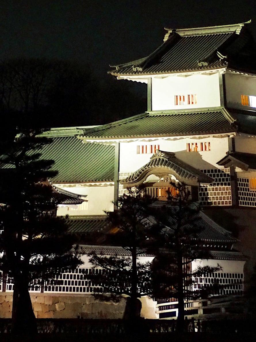 Kanazawan linnaa iltavalaistuksessa.