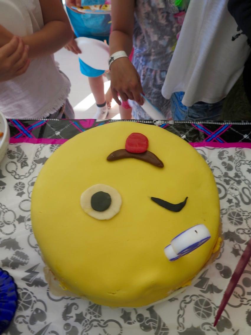 Ystäväni on parempi leipuri, joten hän ystävällisesti vastasi tyttöjen toivomasta emoji-kakusta.