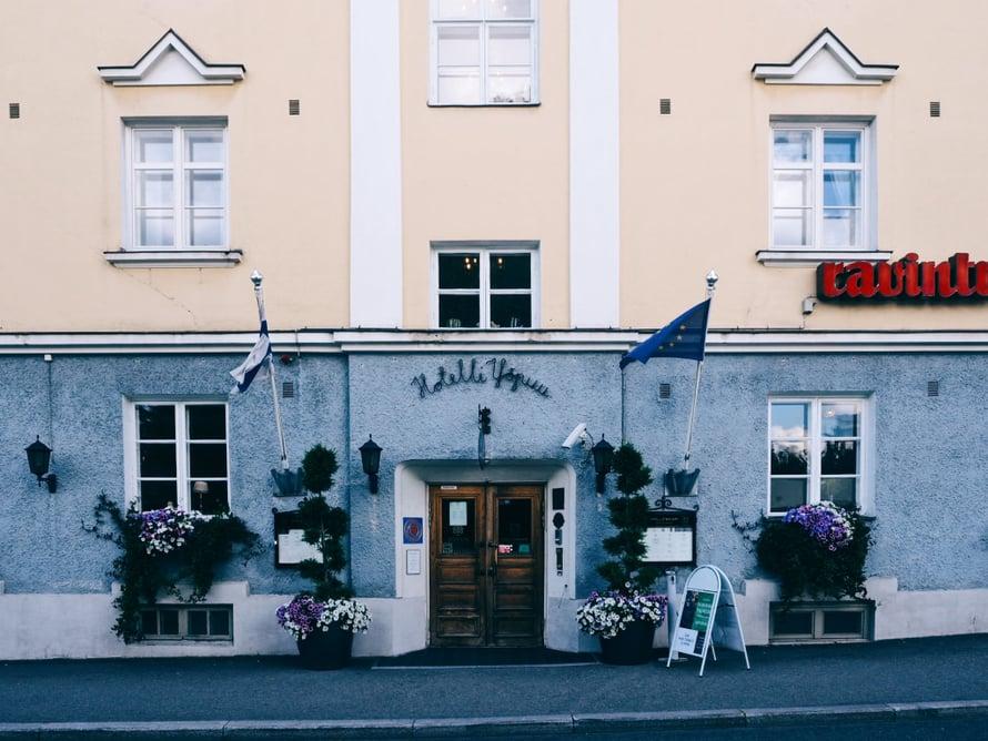 Hotelli Yöpuu sijaitsee Jyväskylän ytimessä, alle puolen kilometrin päässä Matkakeskuksesta.