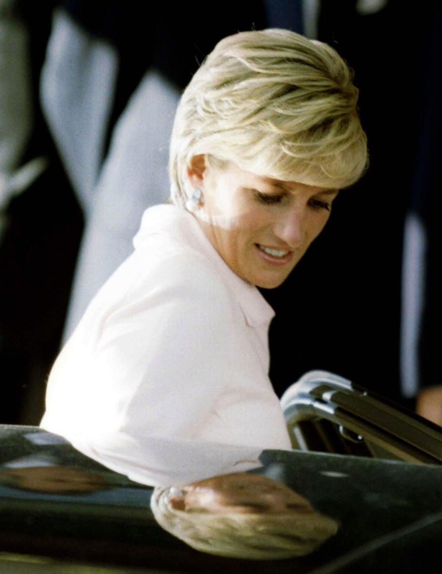 Kenties Dianan upein look. Siloteltu ja huipputyylikäs kampaus vuodelta 1996.