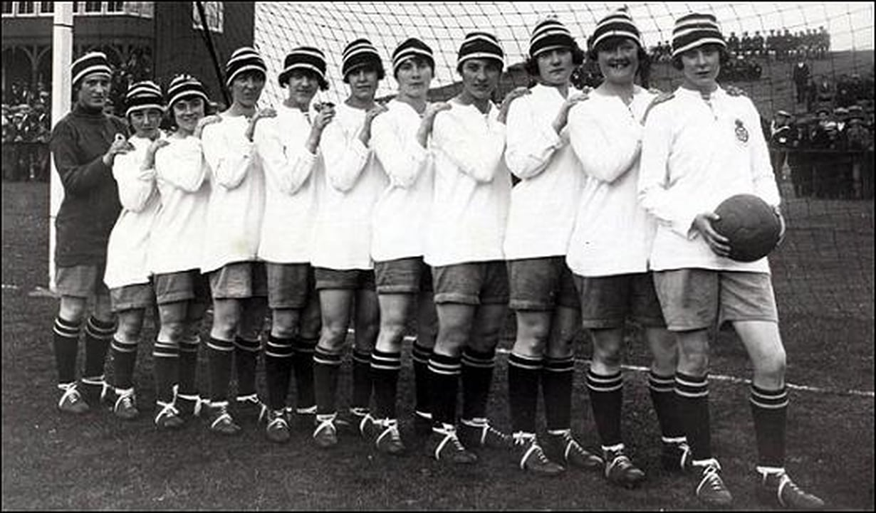 Pelattiin sitä jalkapalloa sata vuotta sittenkin naisvoimin. Naisten jalkapallo-ottelut vetivät Britanniassa katsomoihin jopa yli 50 000 ihmistä. Jalkapallotähti Lily Parrin joukkue Dick, Kerr Ladies F.C.  vuonna 1921. Kuva: Wikipedia.