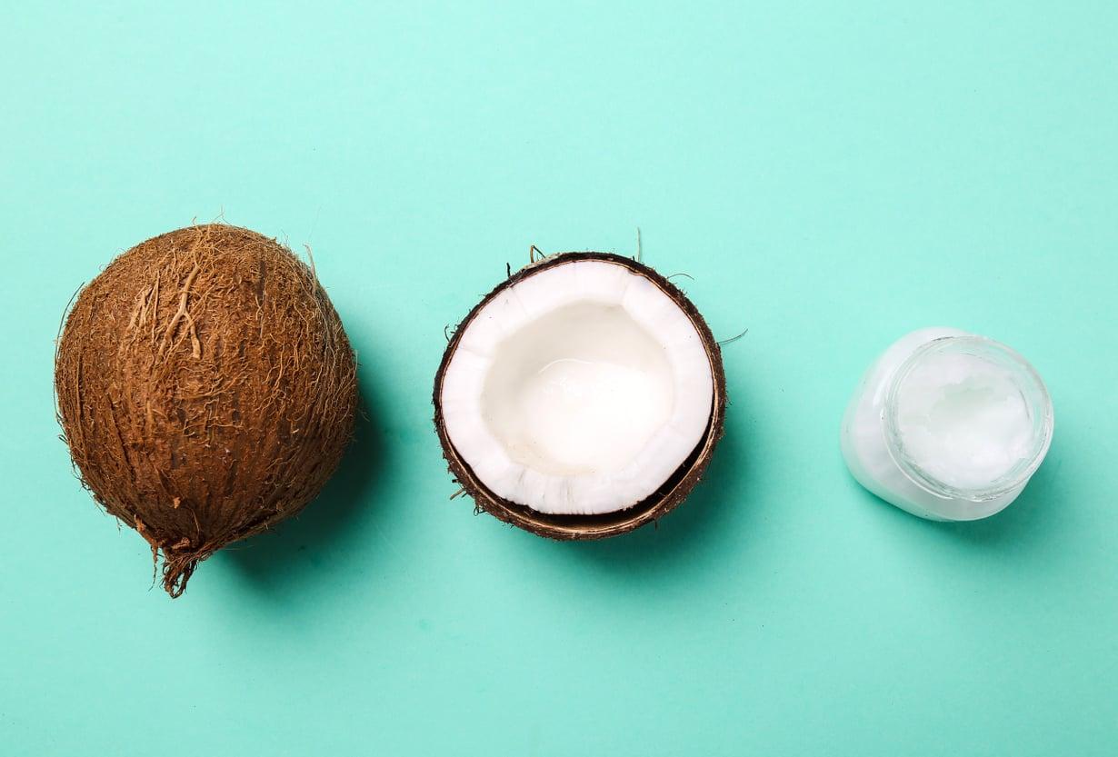 Jos tykästyt kookosöljyyn, voit korvata purkilla monta tuotetta kylppärin kaapissa. Kuva: Colourbox