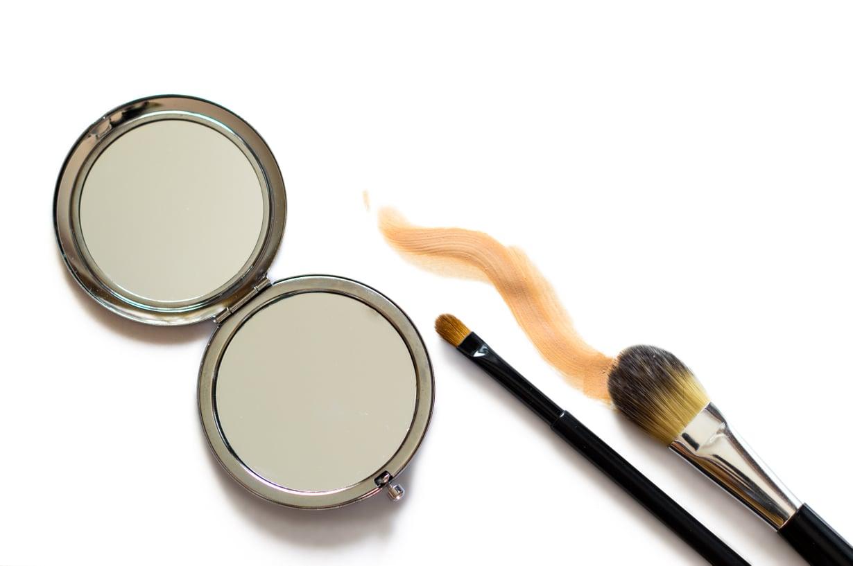 Pieni meikkipeili voi olla tuhoisa jäädessään lojumaan aurinkoon. Kuva: Shutterstock