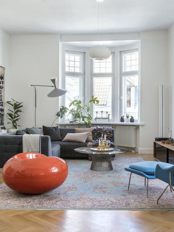 Olohuoneessa on komea kokoelma designtuoleja. Eero Saarisen Womb-tuoli raheineen löytyi Vepsäläisen mallikappalemyynnistä. Pastilli-tuoli on Pauliinan lapsuudenkodista Saksasta.