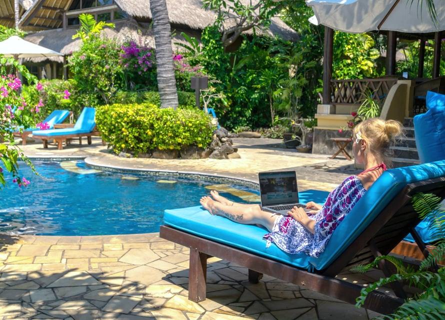 Rosita vietti osan viime talvesta Balilla. Myös matkoilla tehdään välillä töitä. Kuva: Rositan kotialbumi