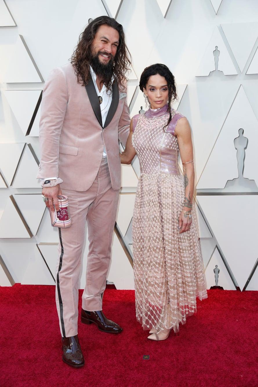 Näyttelijäpari Jason Momoa ja Lisa Bonet olivat valinneet molemmat ylleen edesmenneen Karl Lagerfeldin asut.
