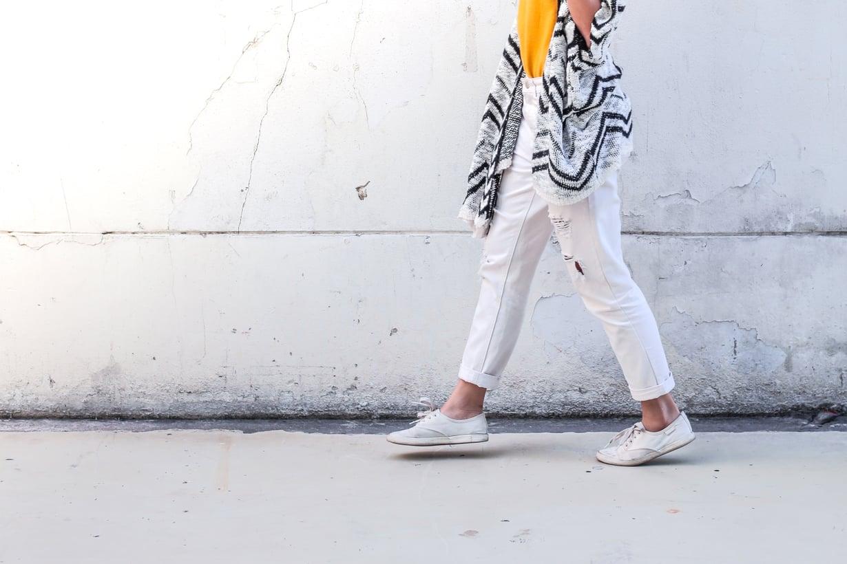 Miniversion kävelymeditaatiosta voi tehdä vaikka, kun menee työpäivän aikana vessaan tai hakemaan kahvia. Kuva: Shutterstock