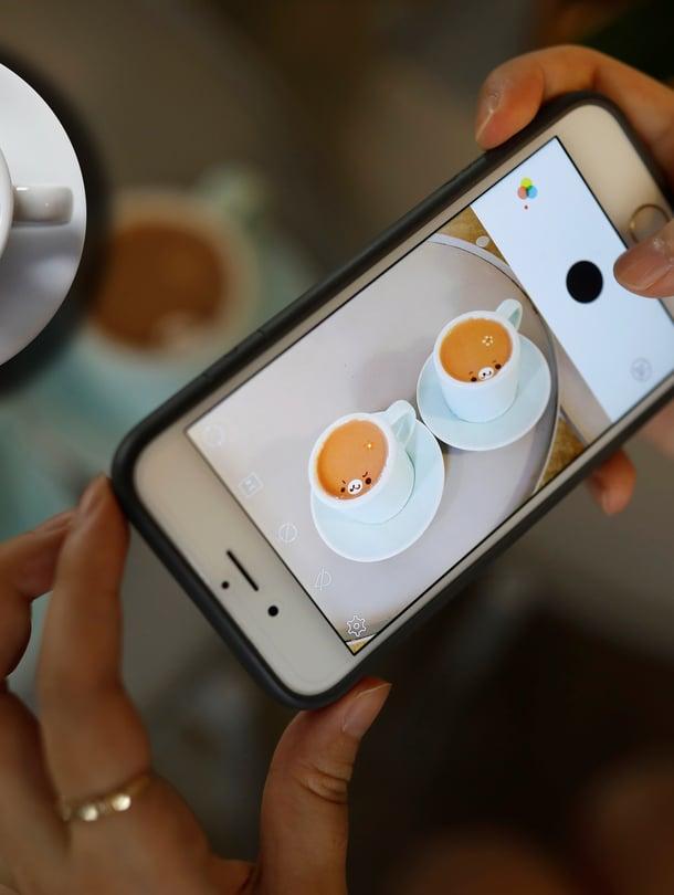 Nämä kahvithan ehtivät jo jäähtyä! Kuvat: Reuters