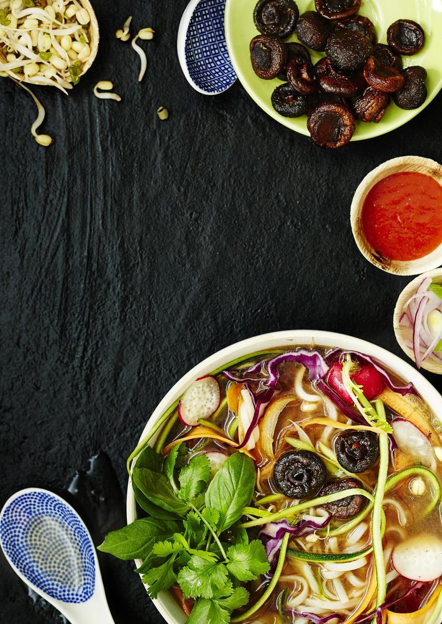Pitkään uunissa paahdetut herkkusienet ovat kuin kasvissyöjän lihaa. Niissä on intensiivisen umaminen maku. Keitto kevenee, jos korvaat osan nuudeleista kesäkurpitsalla.