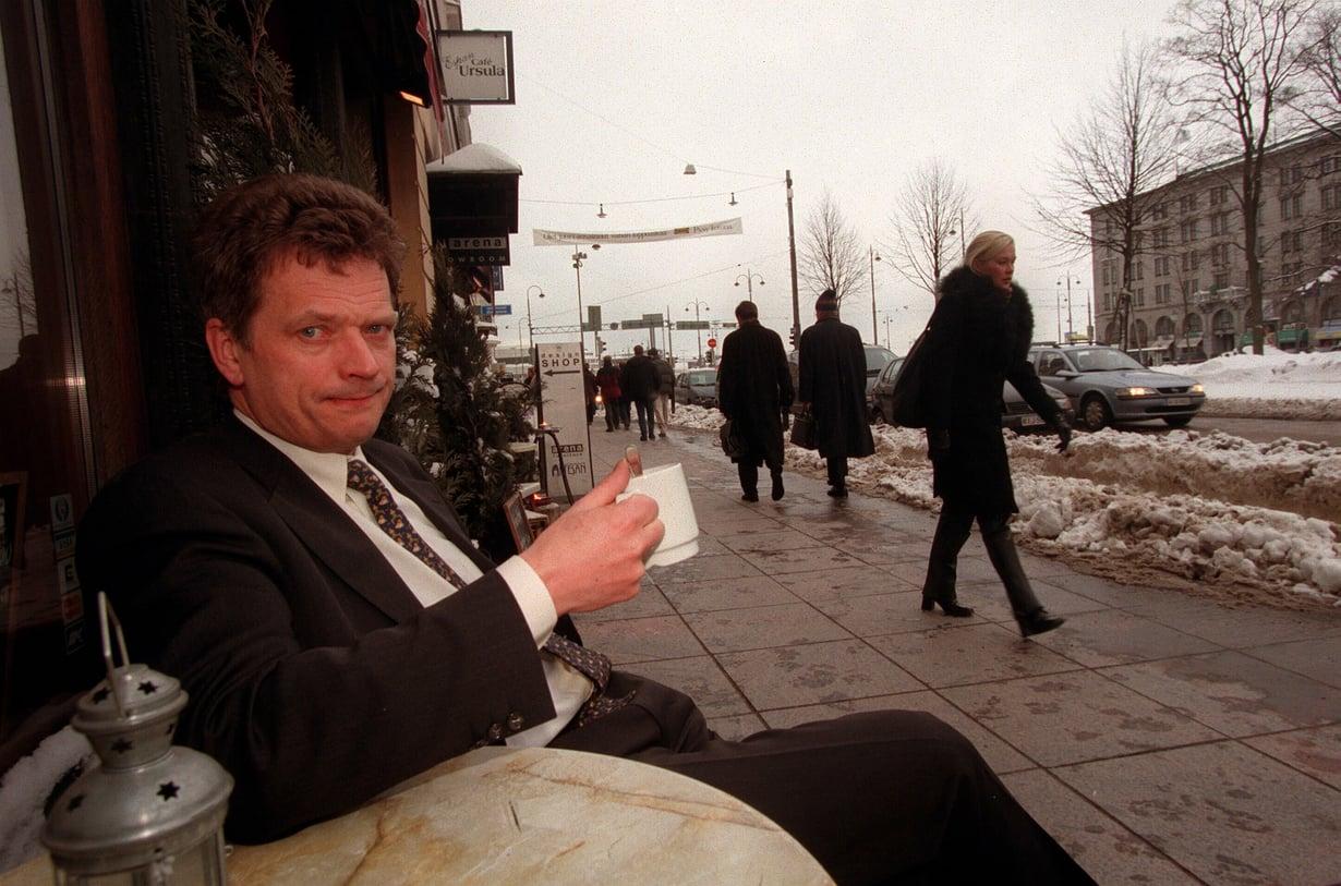Sauli Niinistö nautiskelemassa kahvikupposesta Espan kahvilassa helmikuussa 1999.