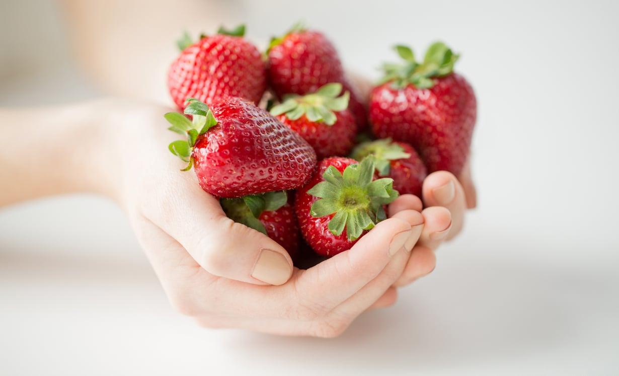 Tuoreet marjat ovat hyviä, mutta samat ravinto-aineet saa ympäri vuoden halvemmalla pakastemansikoista. Kuva: Shutterstock