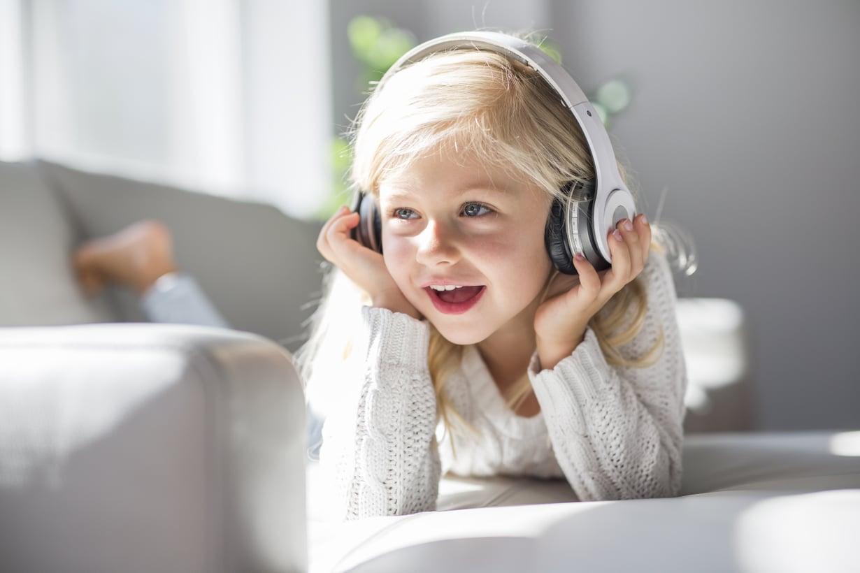 Myös äänikirja kehittää lapsen sanavarastoa ja muistia. Kuva: Shutterstock