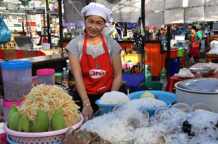Iltamarkkinat kuuluvat Bangkokin must-kokemuksiin. Kuva: Johanna Elomaa