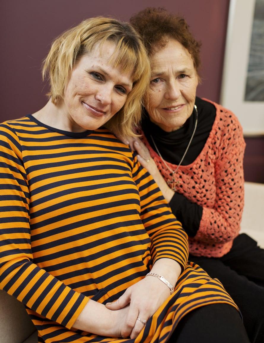 Anita Korhonen (oik.) on kirjoittanut tyttärensä Tiina Korhosen (vas.) tarinasta kolme kirjaa. Molempien viesti päihderiippuvaisille ja heidän läheisilleen on selvä: aina on toivoa. Kuva Panu Pälviä