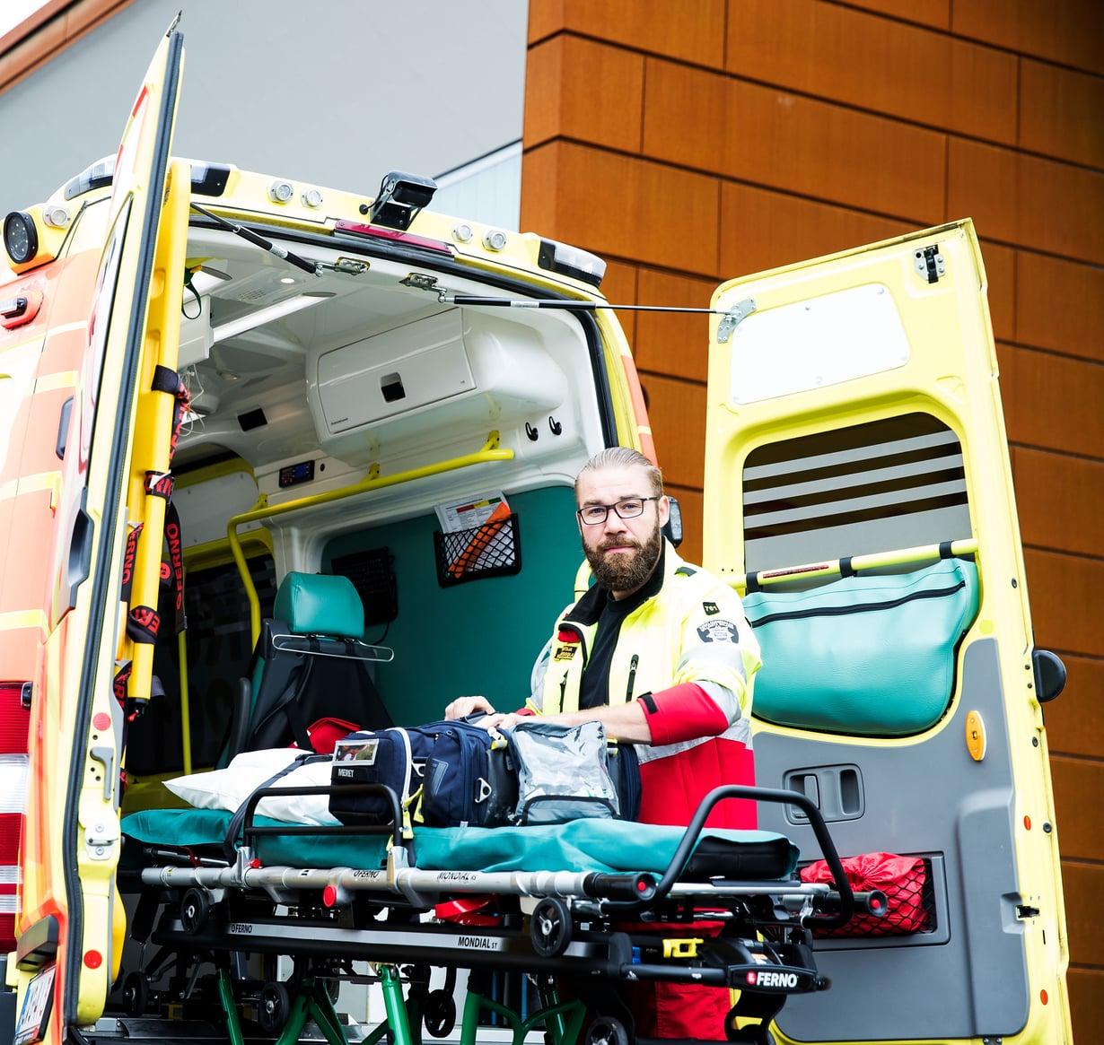 Kuolema on läsnä ambulanssin ensihoitajan Mika Länsisolan jokaisessa työvuorossa. Kuva: Satu Kemppainen