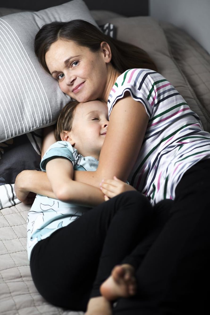 """Lapsi auttoi Nooraa rentoutumaan. Ei ollut enää samalla tavalla aikaa murehtia asioita. Kuva: <span class=""""photographer"""">Juha Laukkanen</span>"""