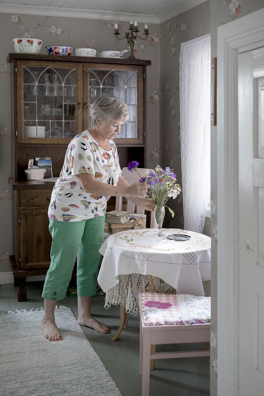 """""""Puutarha ei tule varmaan koskaan valmiiksi, mutta onneksi talossa on kaikki tärkeät remontit tehty"""", Elina Suominen sanoo."""