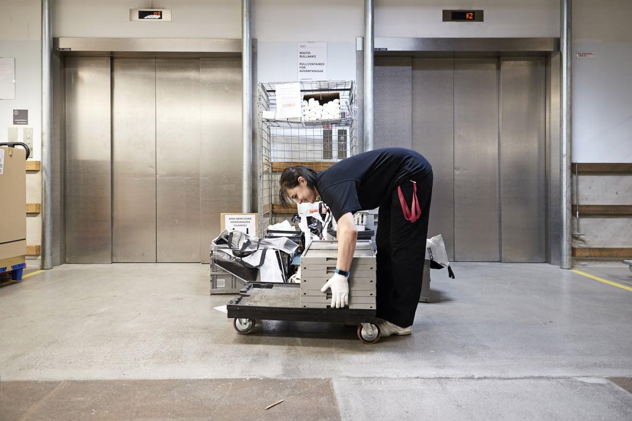 """""""Purin kuorman, toin tyhjät tavaralaatikot alas, menen seuraavaksi auttamaan yhtä maahantuojaa."""" Milja, Stockmannin tavarahisseillä  Kuvat: Juha Salminen"""