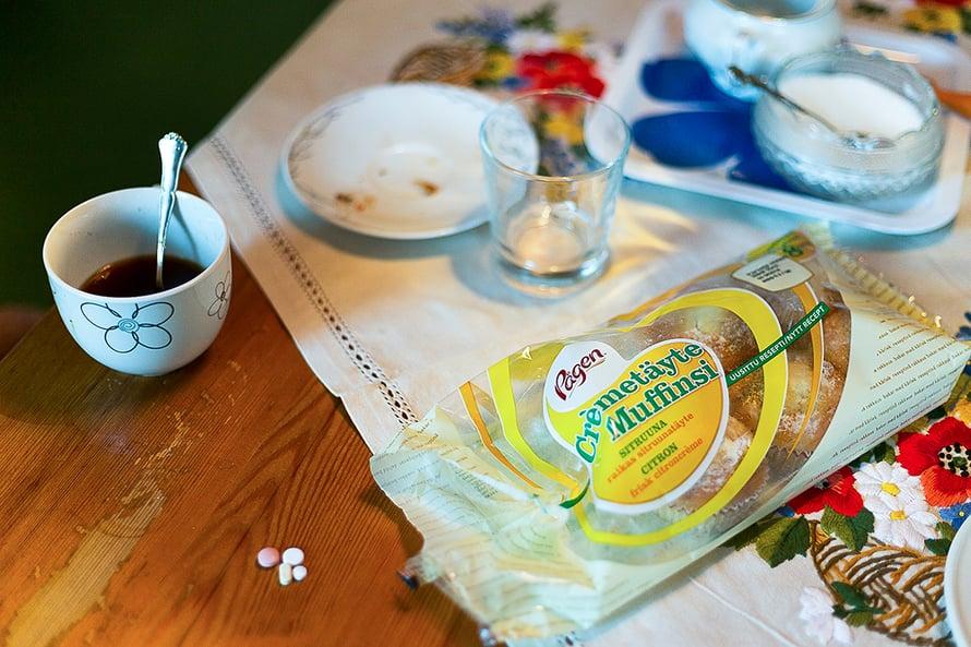 Lääkkeet ja vierasvaratarjottavat vieretysten. Aikaisemmin Johannan isoäiti leipoi mielellään.