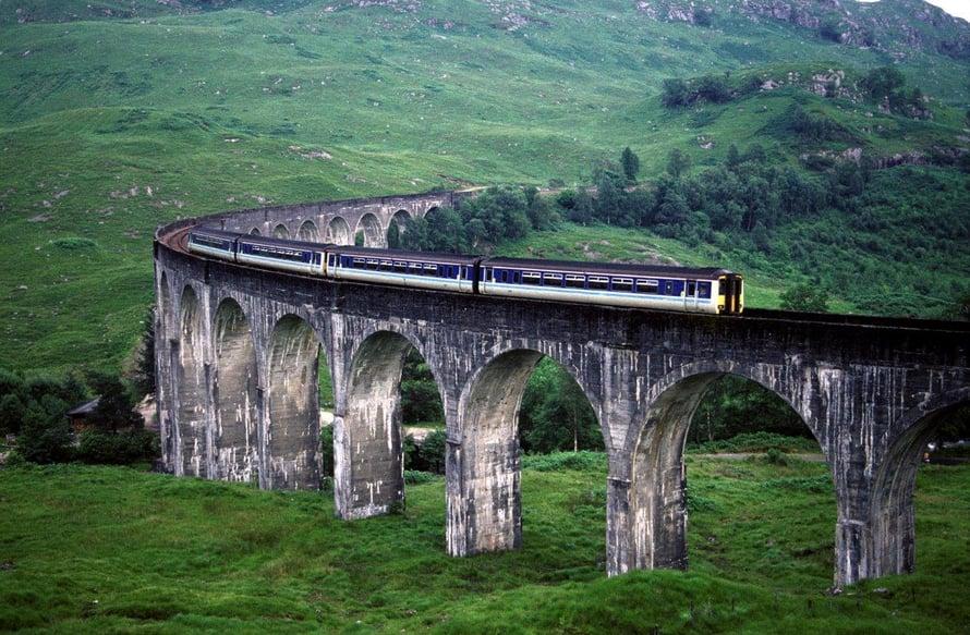 Skotlantilainen Glenfinnanin silta on tuttu Harry Potter -elokuvista.