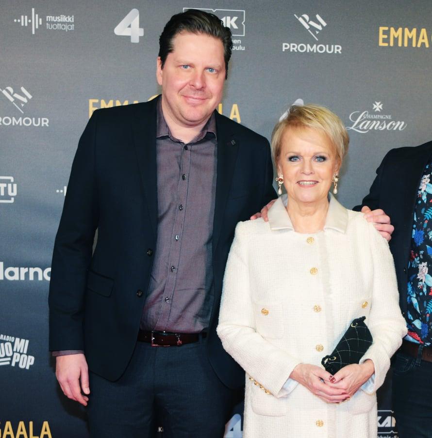 Katri Helena saapui Emma Gaalaan puoliso-manageri Tommi Liimataisen ja tämän Ville-veljen kanssa.