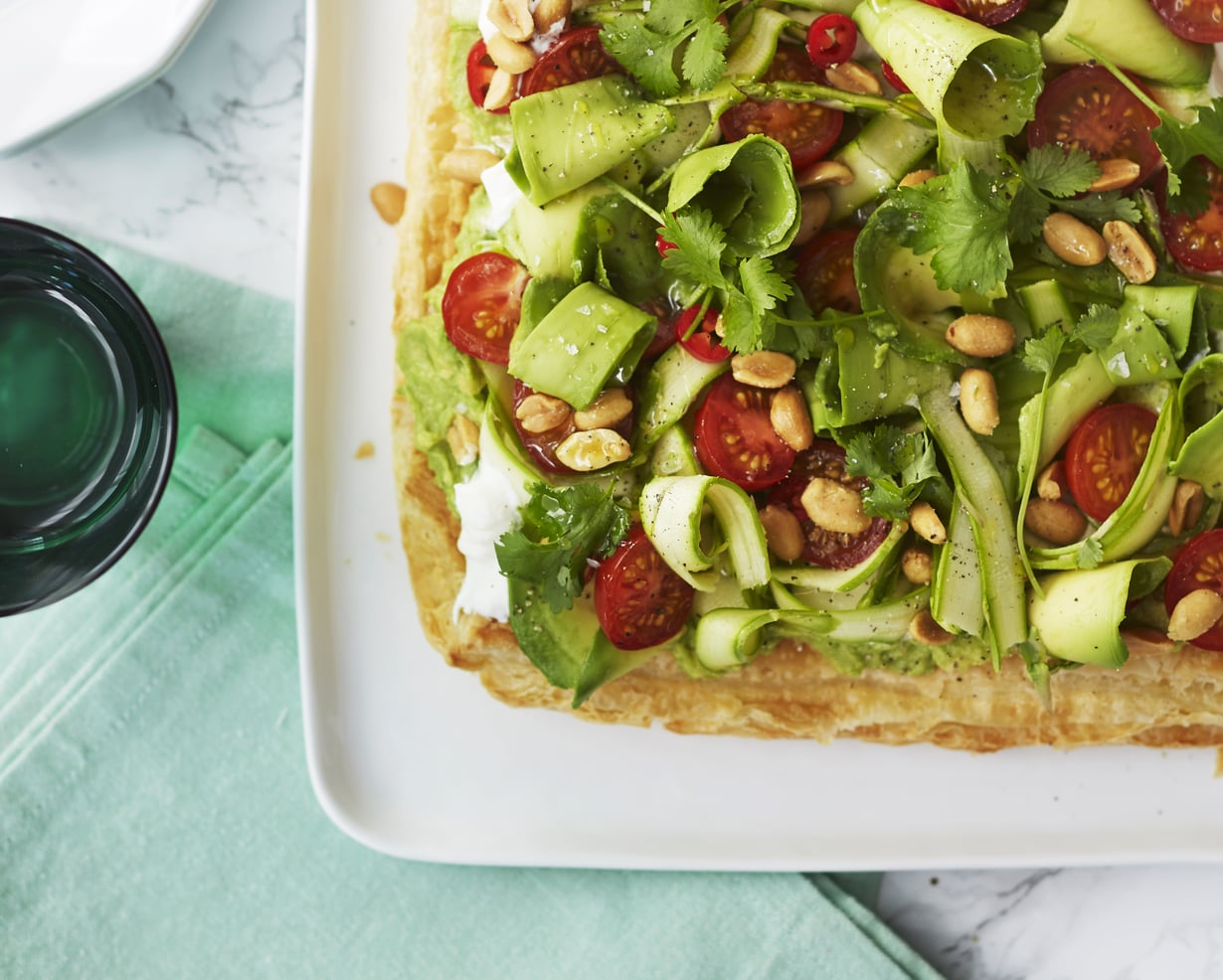 Trendikäs sheivattu avokado kruunaa tämän parsa-salaattipiirakan. Kuva: Sanoma-arkisto / Panu Pälviä