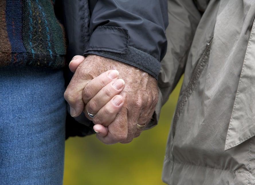 """Pidä kädestä aina kun voit. Kuva: <span class=""""photographer"""">Shutterstock</span>"""