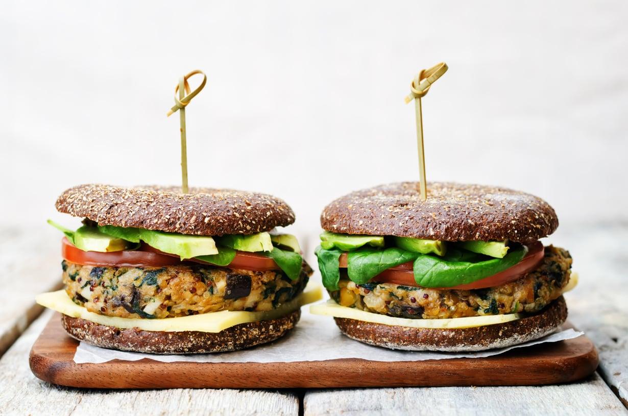 Vegaanin hampurilainen saa täytteekseen vaikkapa herkulliset papupihvit! Kuva: Shutterstock