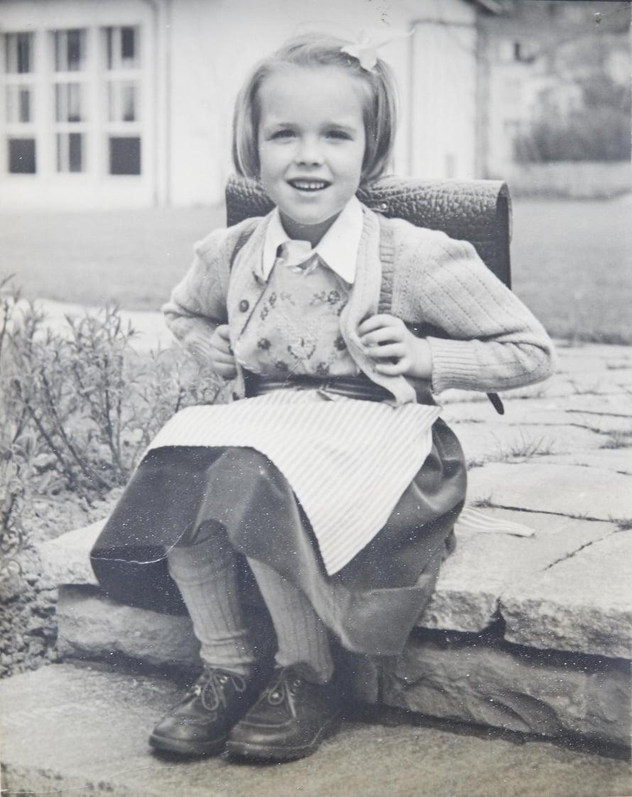 """Sveitsi, huhtikuu 1952. """"Aloitin koulun Bernissä. Sääntöihin kuului, että tytöillä piti olla itsekirjailemansa essu."""""""