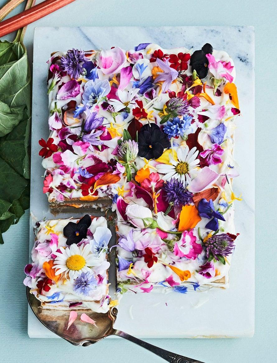 Monenlaiset kukat sopivat ruokapöytään.