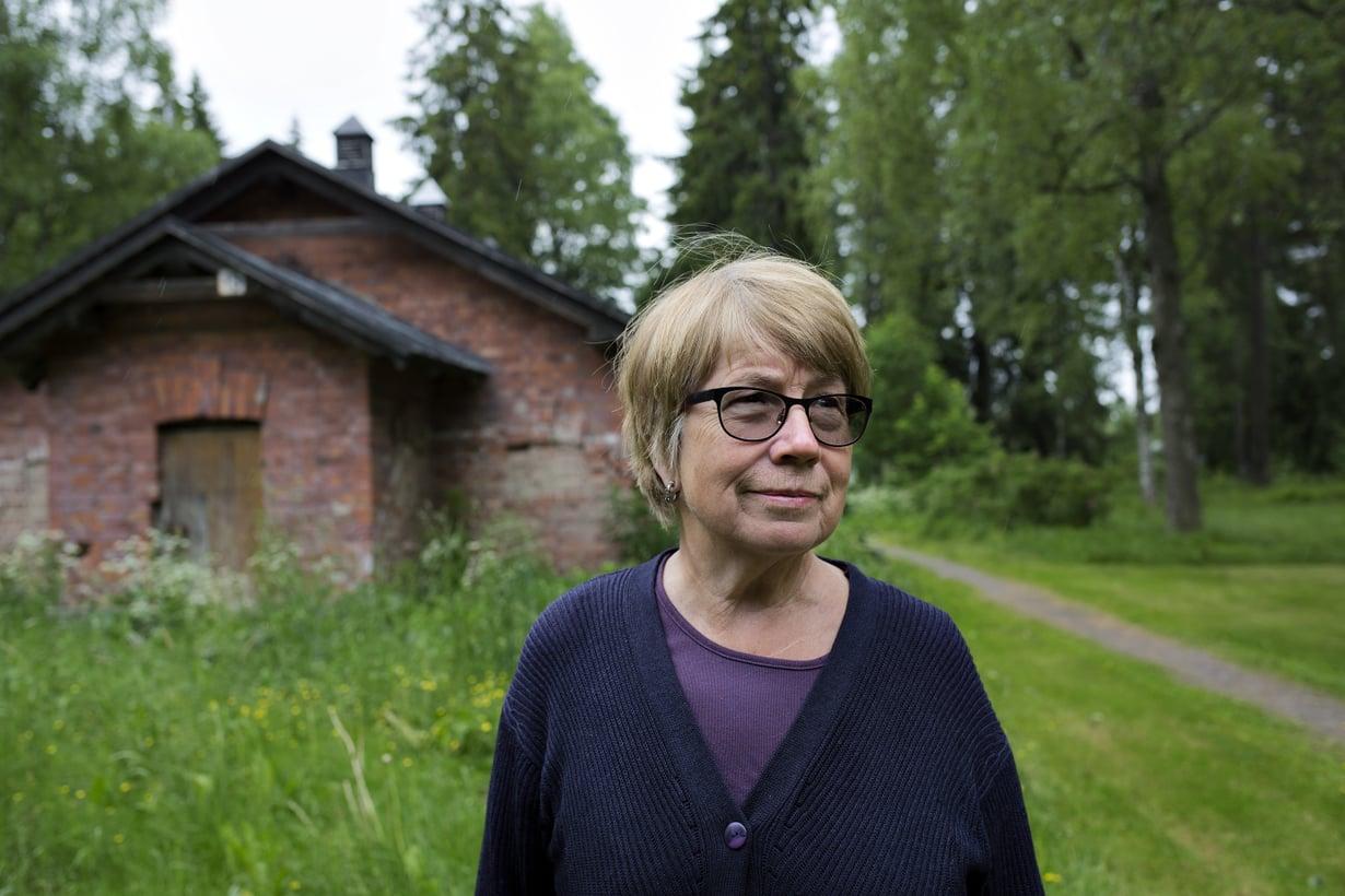 """Nuorempana Outi Berghäll ei osannut kiinnostua sisällissodan tapahtumista. """"Koulussakin historian opetus loppui vuoteen 1905."""""""
