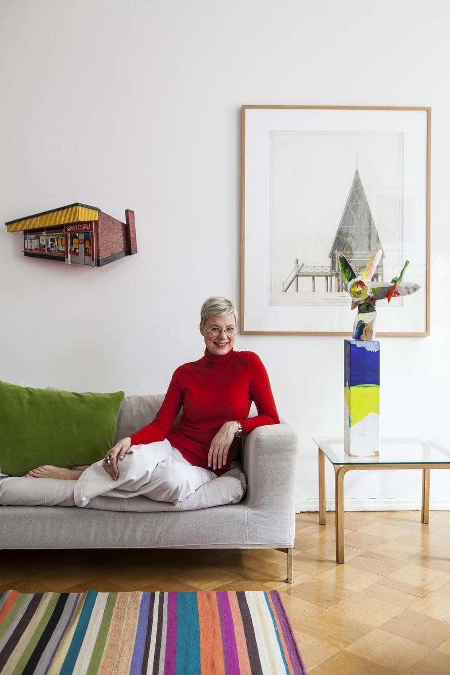 Sisustusarkkitehti  Aino Brandtin koti on kerroksellisesti rakentunut ja täynnä tarinoita. Sattumanvaraisuus on Ainolle tärkeää, koska se tekee tilasta sellaisen, että siellä on luonteva olla. Jasmin Anoschkinin Elovena Kaltainen -veistoksen Aino sai 50-vuotislahjaksi kollegoiltaan.