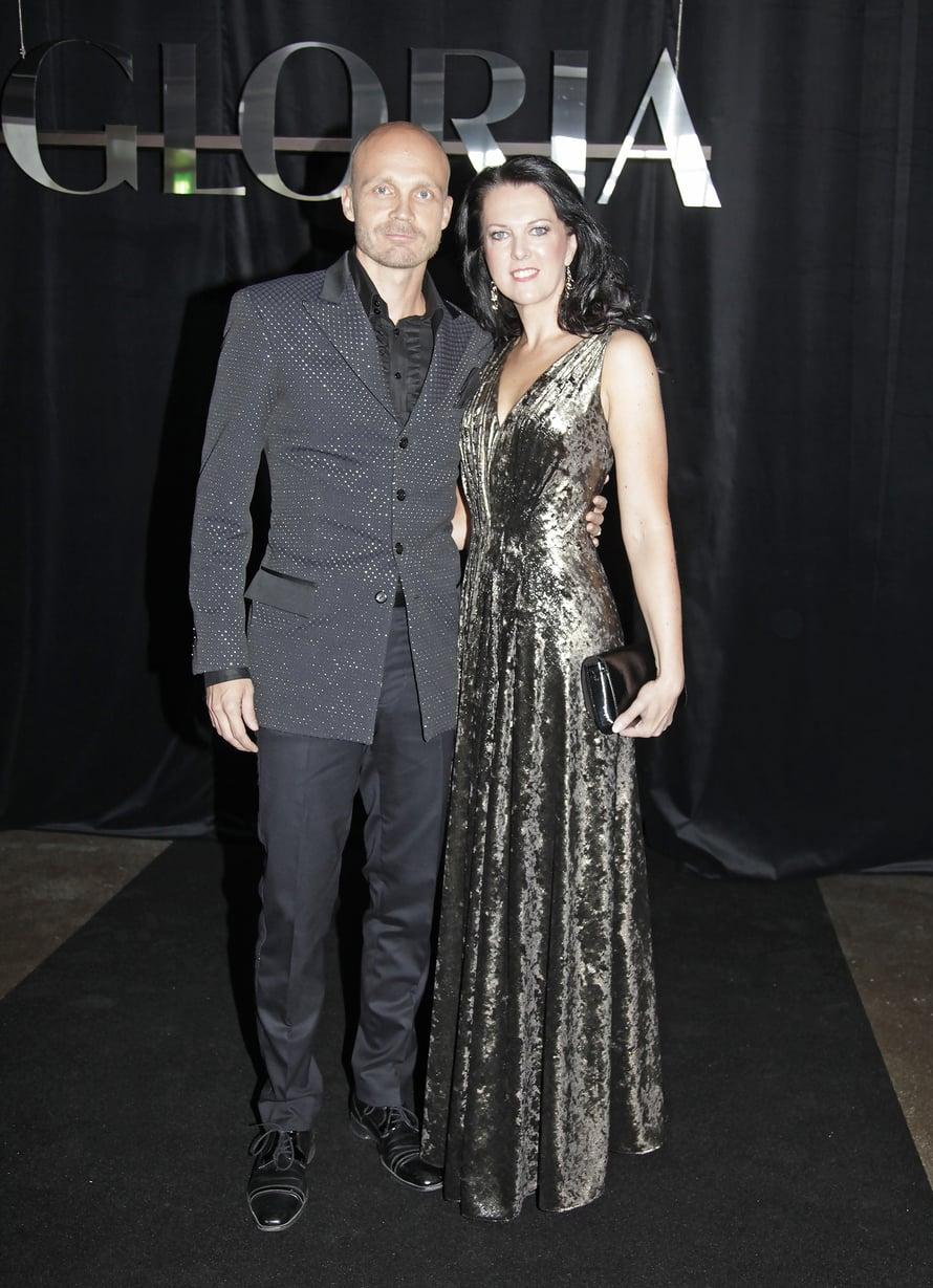 """Juha Tapio oli juhlatuulella Raija-vaimonsa kanssa Gloria Fashion Show'ssa. Kuva: <span class=""""photographer"""">Jonna Öhrnberg</span>"""