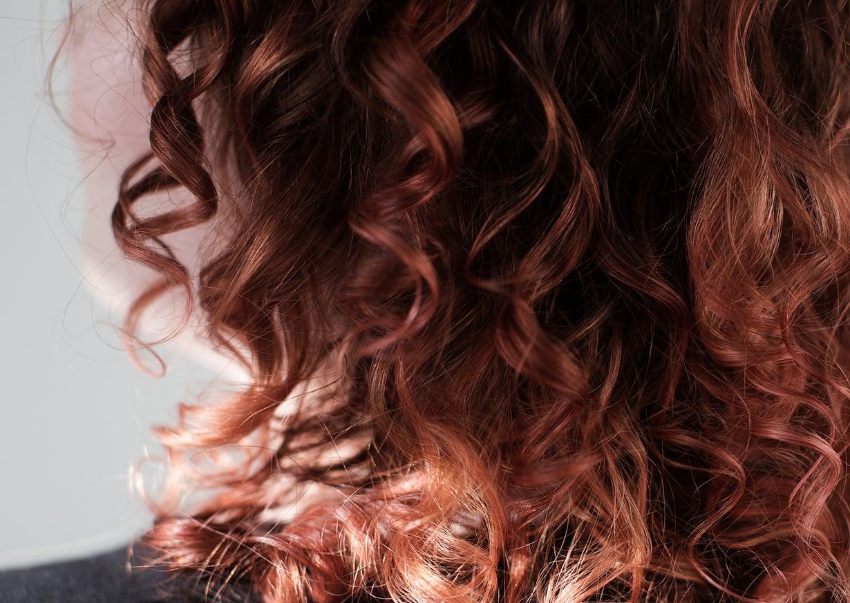 Luonnonkiharat hiukset ovat lähes aina hieman pörröiset ja kuivat. Curly girl methodin avulla ne saavat kosteutta ja kihartuvat entisestään. Kuvat: Panu Pälviä ja Eveliina Linkoheimo