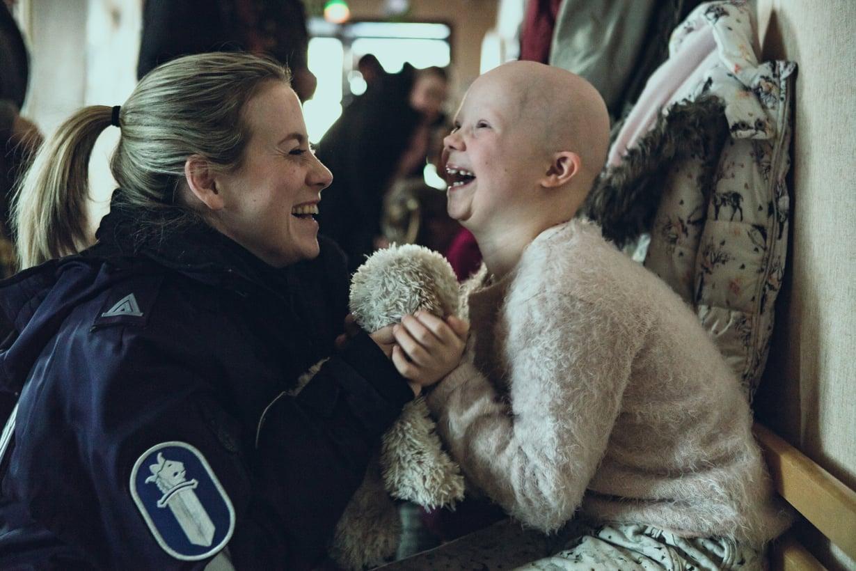 Iina Kuustosen roolihahmo Nina on poliisi ja esikoululaisen Venlan äiti Ivalo-sarjassa. Kuva: Elisa Viihde
