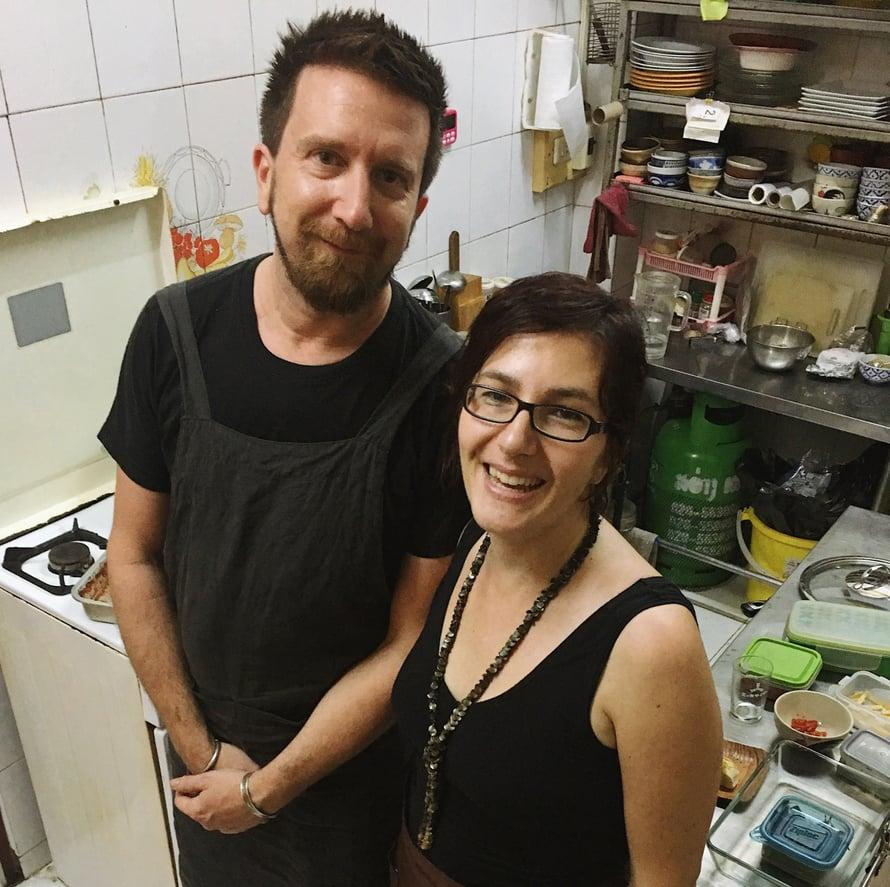 Nino ja Clara ahkeroivat pari päivää Angon keittiössä hyvän karman vuoksi.