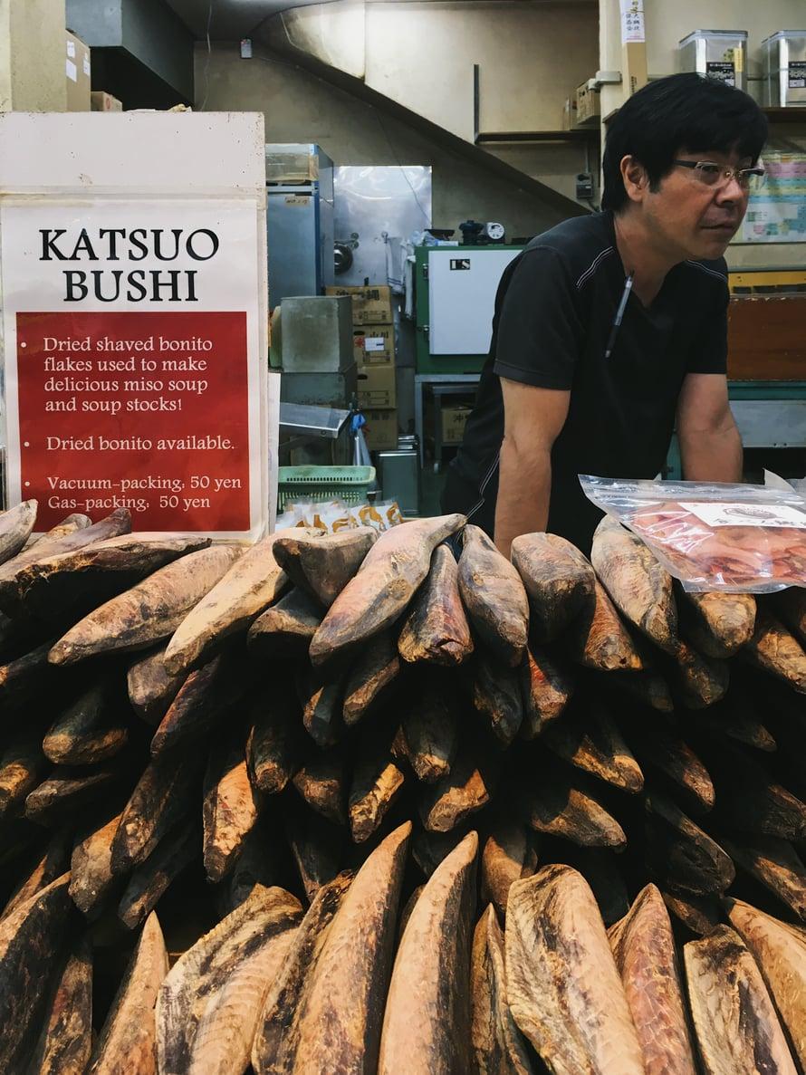 Bonitoa pitkät rivit tarjolla. Kun kalan laittaa leikkuriin, siitä saa paksuja lastuja muun muassa keittoihin. Sitä syödään Japanissa myös snäksinä, esimerkiksi majoneesin kanssa.